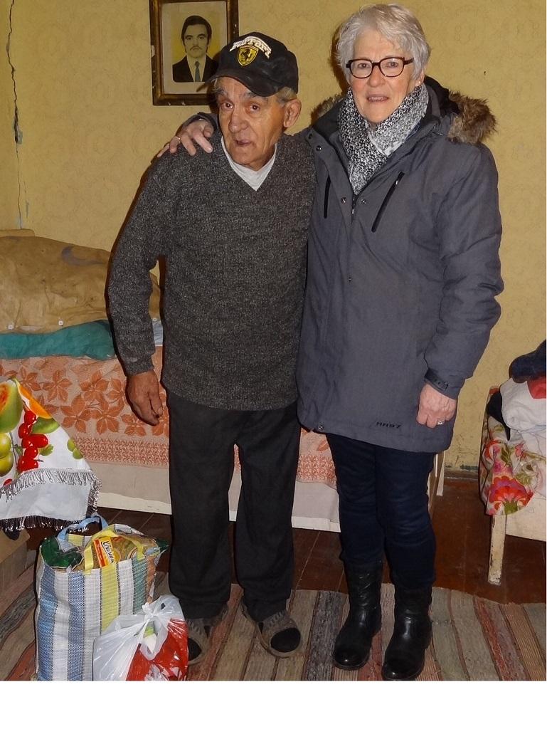 © St.AK - Bejaarde man ontvangt een voedseltas