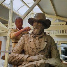 Beeldhouwer Rob Houdijk legt de laatste hand aan het beeld van Johan Barthold Jongkind.